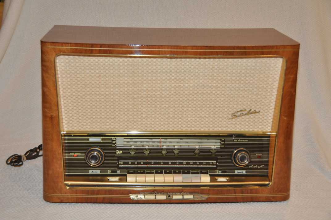 3 Telefunken Caprice 5051W 1958 US version FM and AM bands This is a small  radio. Bedroom Radio